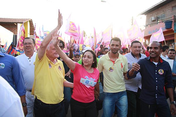 Multidão recebeu a candidata Eliziane Gama na Vila Luizão e Divinéia