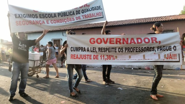 Caminhada do candidato Luciano Leitoa é marcada por protesto de professores contra Flávio Dino
