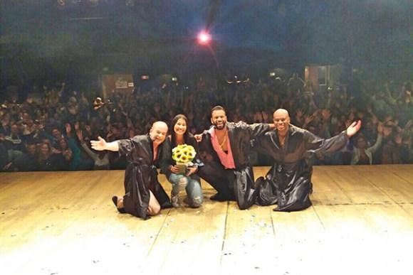 No palco do Teatro Clara Nunes, César Boaes, Thaynara OG, Charles Júnior e Adeílson Santos