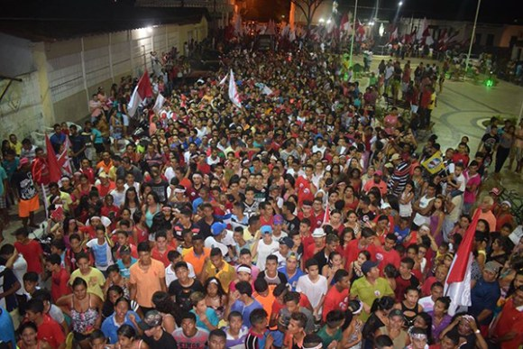 Multidão foi às ruas de Arari para comemorar a reeleição do prefeito Djalma Melo (PTB)