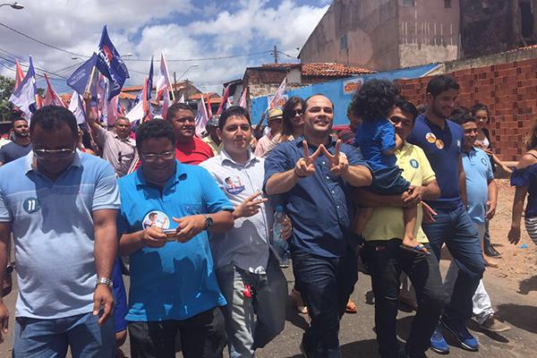 Candidato à reeleição, Estevão Aragão faz caminhada com Wellington do Curso no 1º turno