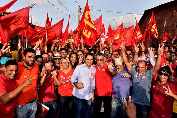 Uma multidão acompanhou o prefeito Edivaldo durante caminhada na Vila Esperança