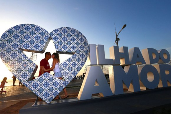 Casais aproveitam o coração vazado para tirar fotos românticas e guardar a recordação