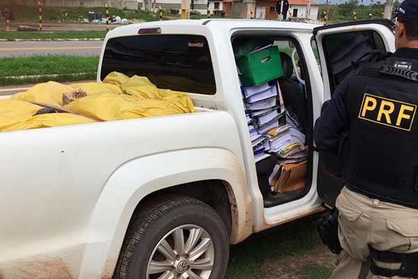 PRF apreende veículo com documentos e equipamentos de Nova Olinda