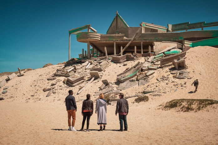 Doctor Who - Series 11 - Ep2 - The Ghost Monument - Yaz (MANDIP GILL), The Doctor (JODIE WHITTAKER), Graham (BRADLEY WALSH) - (C) BBC / BBC Studios - Photographer: Coco Van Opens