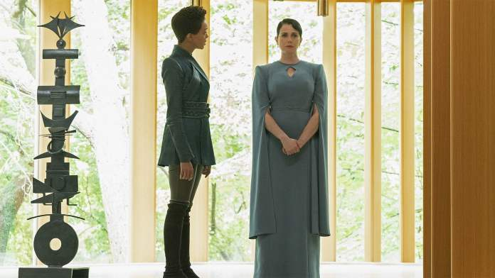 Burnham (Sonequa Martin-Green) travels to Vulcan to confirm her suspicion her foster mother Amanda (Mia Kirshner) has been keeping secrets from her (c) CBS All Access