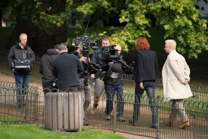Good Omens - BEHIND THE SCENES. Production Crew, Crowley (DAVID TENNANT), Aziraphale (MICHAEL SHEEN) - (C) BBC Studios/Amazon Studios - Photographer: Chris Raphael