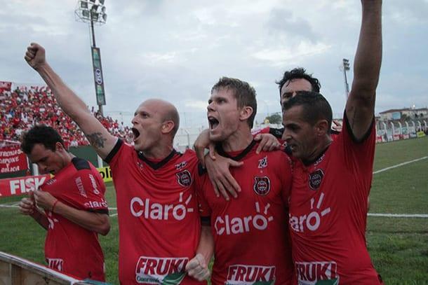 Rafael Forster comemora o gol de empate com a torcida. Foto: Carlos Queiroz.