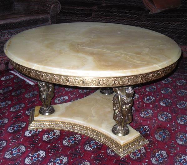 Belle Table Basse Ronde Avec Dessus Marbre Et Dcor Colonnes
