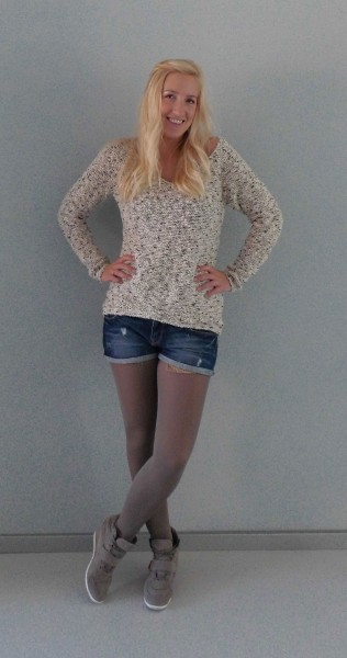 Herfst-lookbook-outfit-taupe-shorts-en-knit-sweater-2