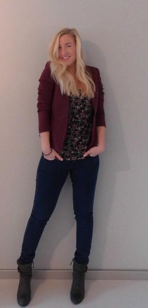ootd-outfit-blazer-bordeaux-hema-shirt-flowers-bershka-jeans-mango-boots-stradivarius-casual-chic-3
