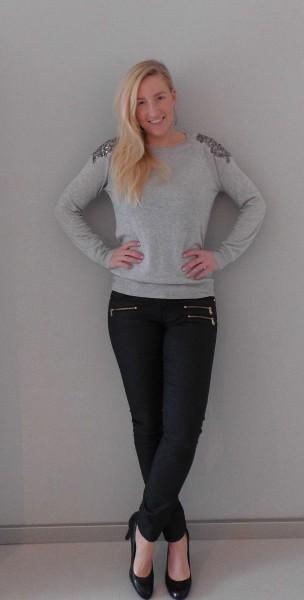 OOTD-outfit-Primark-trui-leren-look-broek-en-zwarte-pumps-van-Haren-2