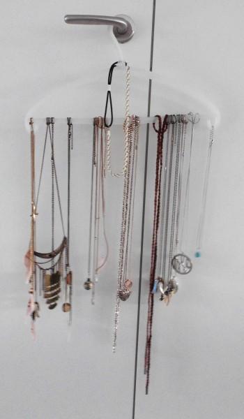 DIY-sieraden-opberger-en-tips-kleerhanger-kledinghangers-kettingen-1