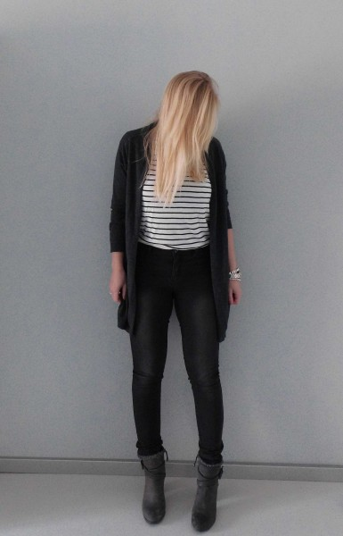 OOTD-outfit-vero-moda-only-high-waisted-dark-grey-jeans-gestreept-shirt-zara-vest-vero-moda-boots-stradivarius-1