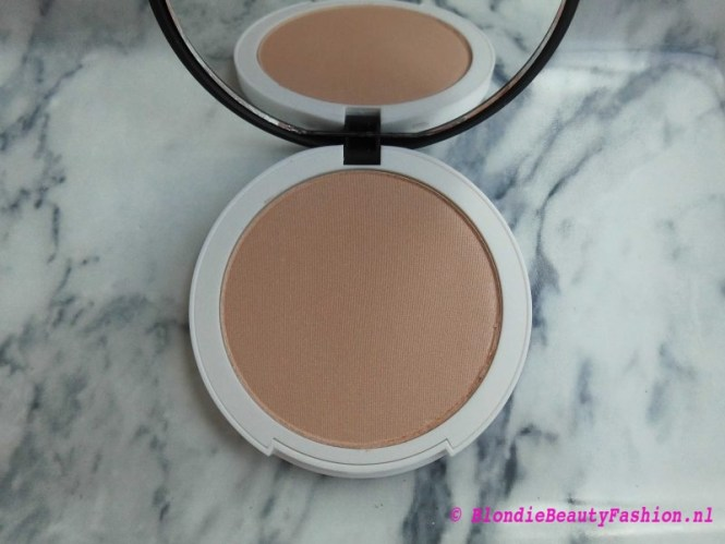 Review-Lily-Lolo-Illuminator-in-Champagne-highlighter-glow-3