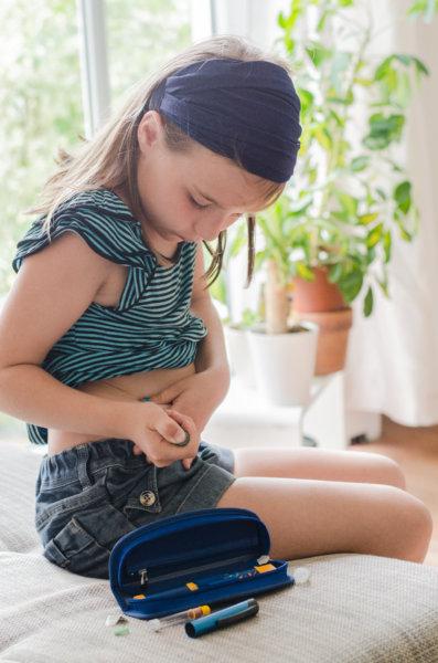 Mädchen beim Insulin spritzen