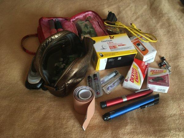 Ich packe meinen Koffer und nehme mit… Insulinpens, Reservesensor, jede Menge Traubenzucker, Ladekabel für mein Freestyle Libre-Lesegerät, Batterien, Blutzuckermessgerät, Testkassette, Kinesiotape, Insulinampullen…