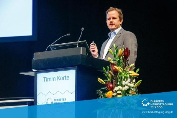 Timm Korte am Rednerpult beim DDG