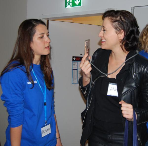 Marianne Finke und Teilnehmerin Annie Heger am Handy