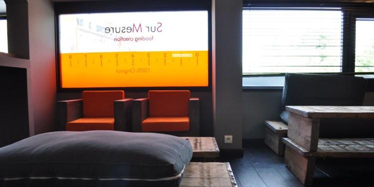 Signalétique adhésive vitrine  – Restaurant Sur-Mesure