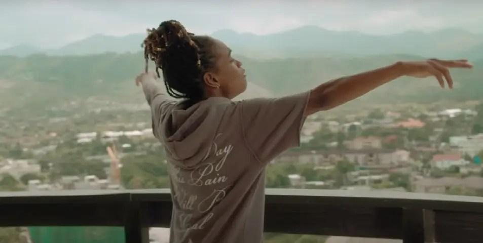 Koffee de retour en Jamaïque avec un clip estival