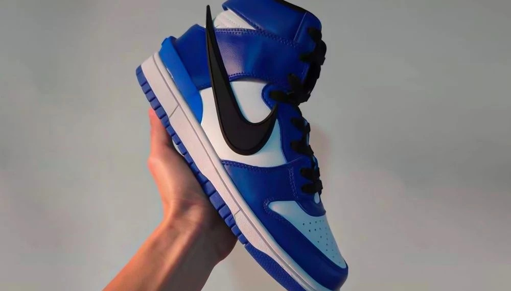 """YOON dévoile le prochain modèle AMBUSH x Nike Dunk High """"Deep Royal""""."""