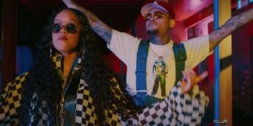 """H.E.R. et Chris Brown se confient sur leurs désirs dans le clip de """"Come Through""""."""