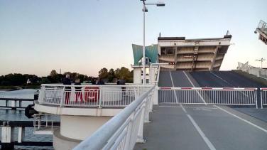 Jeweils zur vollen Dreiviertelstunde öffnet sich die große Brücke für den Bootsverkehr auf der Schlei