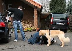 """So sieht""""s am Set aus: der Kameramann filmt, und die Regie überwacht alles am Monitor"""