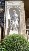 Skulpturen an der Fassade der Neuen Orangerie
