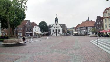 Marktplatz in Lingen mit dem historischen Rathaus