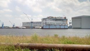 Teilsegment eines Kreuzfahrtschiffes im Bau