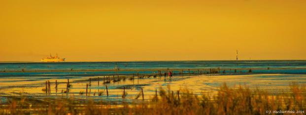 Die letzten Wattwanderer im Sonnenuntergang (Foto: Heribert Pohl   http://commons.wikimedia.org   Lizenz: CC BY-SA 3.0 DE)