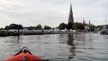 Blick vom Wasser auf Stellplatz und Dom