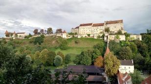 Blick hinauf zum Hauptteil der Burg