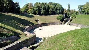 Blick vom obersten Rang in die Arena des Amphitheaters