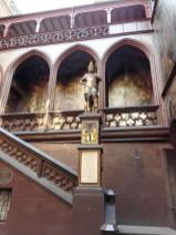 Skulptur im Innenhof des historischen Rathauses