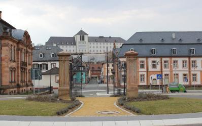 Blick hinauf zum Schlossberg mit dem heutigen Gymnasium
