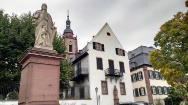 Blick von der Rheinpromenade Richtung Kirche