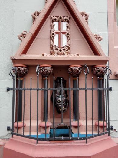 Brunnen in der Fassade der Sparkasse