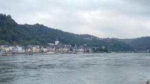 Blick von St. Goarshausen hinüber auf die andere Rheinseite nach St. Goar