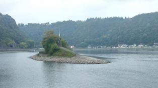 Loreleyfigur unterhalb des Loreleyfelsens auf einer kleinen Insel im Rheinstrom