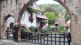 Hof mit Schankwirtschaft in Hambach
