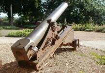 Kanone im Garten des alten Schlosses