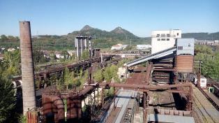 Im Hintergrund: Die beiden Schlackehalden der Anlage