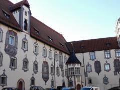Innenhof des alten Schlosses, heute Sitz der lokalen Finanzverwaltung