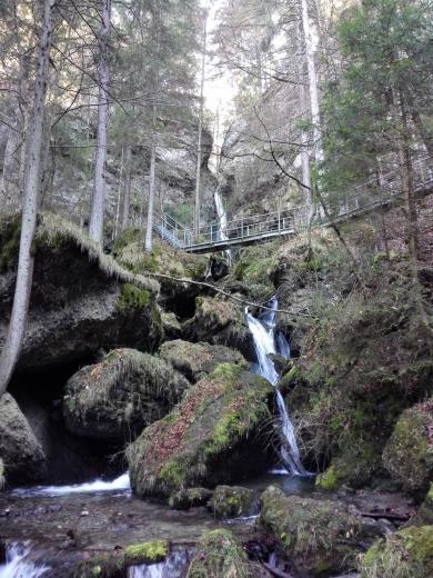 Hier stürzt der Hinanger Bach 30 Meter tief eine Klamm hinunter