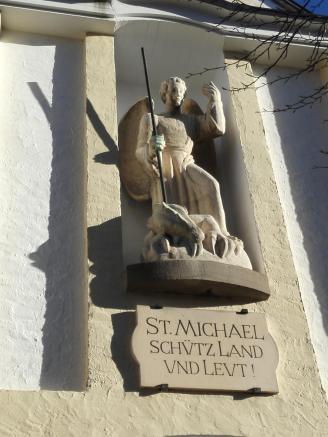 Heiligenfigur an der Dorfkirche St. Michael