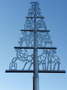 Eifelbaum vor der Kirche in Vossenack