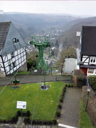 Eine Seilbahn führt hinauf auf den Oberberg mit der Burg